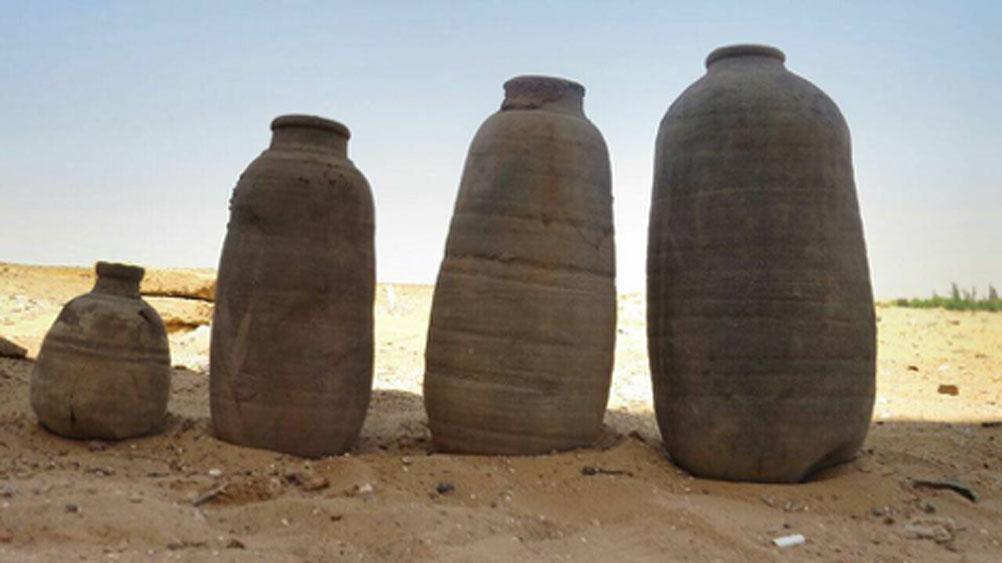 Antiguos recipientes de arcilla hallados en las tumbas, de formas y tamaños variados. (Ministerio de Antigüedades)