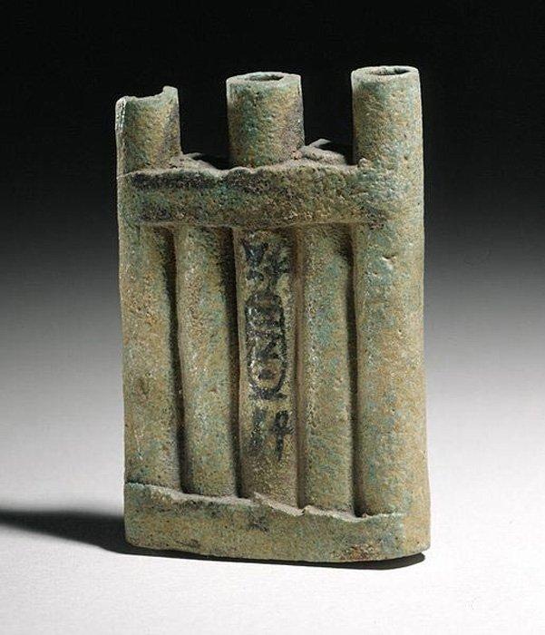 Recipiente egipcio para kohl con el nombre de la reina Tiye (1410 a. C. – 1372 a. C.) dinastía XVIII. (Public Domain)