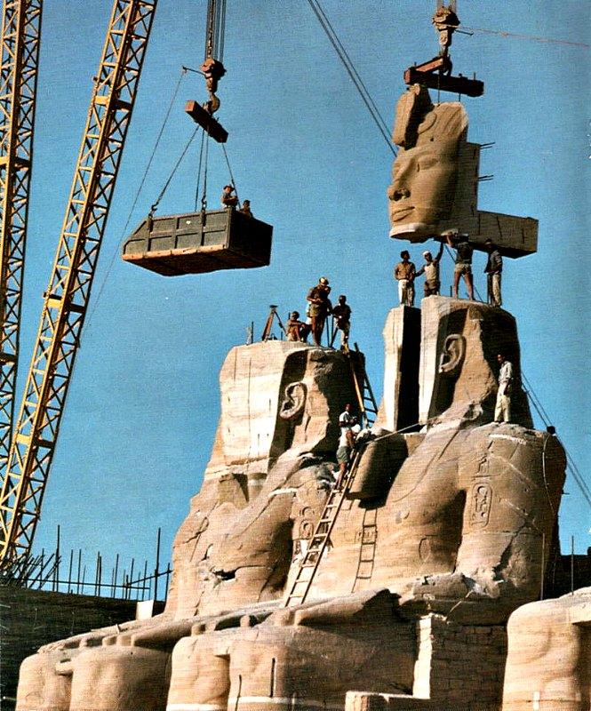 El gran templo de Ramsés II y el de su esposa Nefertari fueron cortados y convertidos en piezas cúbicas, similares a las de un gigantesco rompecabezas y elevados hasta la cima de la meseta, justo por encima de la cota máxima que alcanzarían las aguas del embalse. (Public Domain)