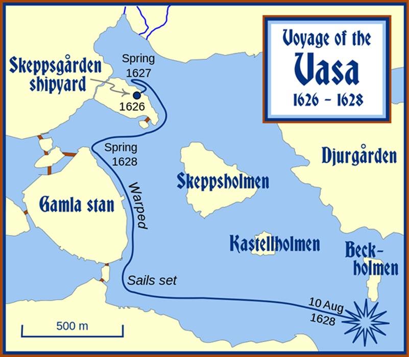 """Centro de Estocolmo e itinerario seguido por el Vasa desde Skeppsgården (""""astilleros de la armada"""") hasta el punto en el que fondeó cerca del viejo castillo real, donde fue armado y ajustado en la primavera de 1628. Finalmente, abajo a la derecha, el lugar en el que el Vasa volcó y se fue a pique el 10 de agosto de 1628. (CC BY-SA 3.0)"""