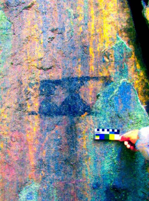 Rectángulo con secciones triangulares pintadas en su interior. (Fotografía: National Geographic/Fernando Astete)