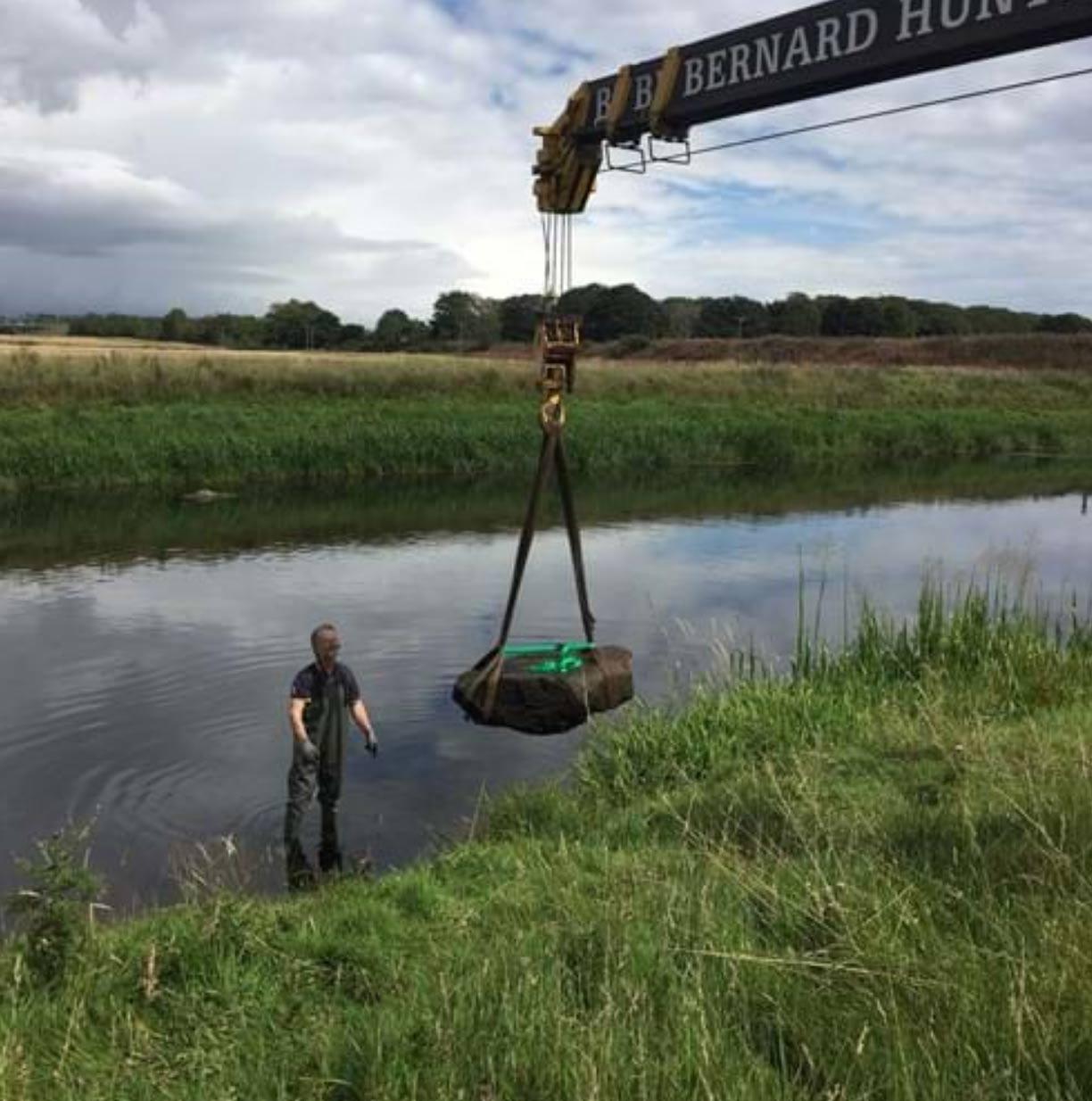 La piedra fue retirada del río antes de que se cerrara 'la breve ventana de oportunidad' que suponía la bajada de nivel de las aguas que se ha producido este verano. (Imagen: HES)