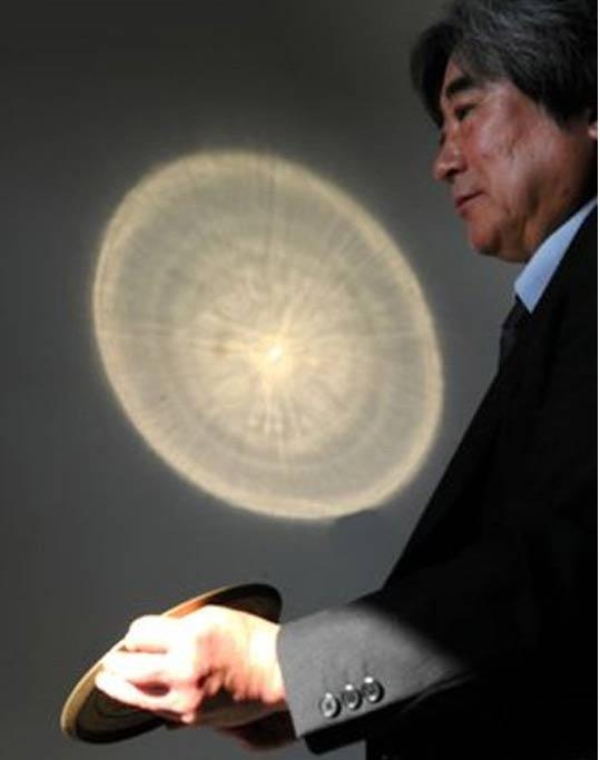Al reflejarse la luz del sol en la superficie de la réplica de un espejo Sankakubuchi Shinjukyo, los dibujos grabados en su parte posterior se proyectan sobre una pared del Museo Nacional de Kioto. (Noboru Tomura)