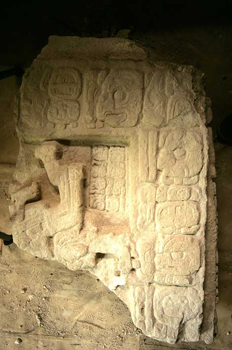 La Señora Ikoom, Reina Serpiente maya, tal y como aparece en la Estela 43. (Fotografía: Francico Castañeda; cortesía del Proyecto Arqueológico El Perú-Waka´y PACUNAM)