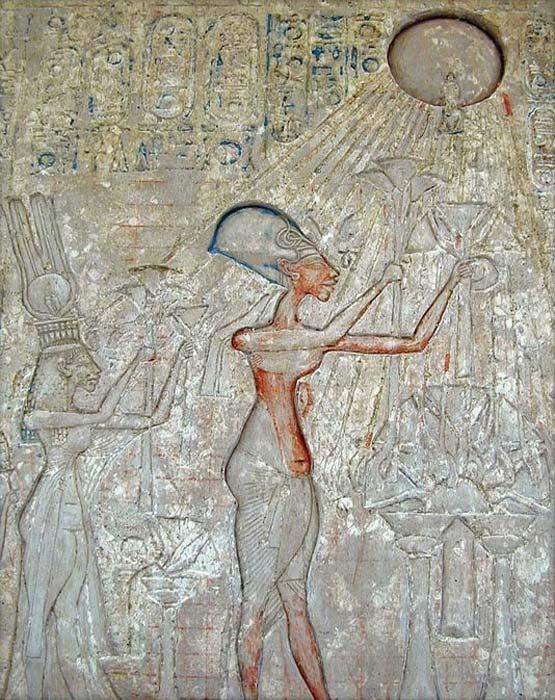 El faraón Akenatón (en el centro) y su familia adorando a Atón, con los característicos rayos emanando del disco solar. (Dominio público)