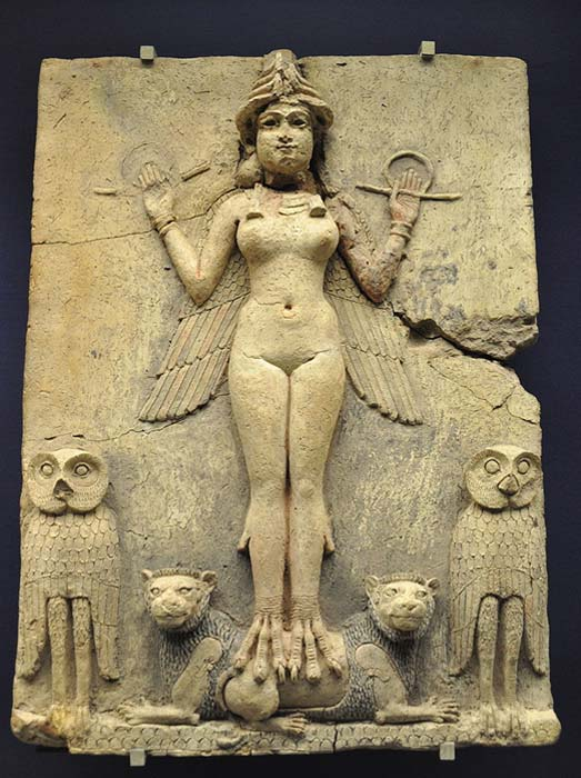 Este relieve representa a una diosa asiria, posiblemente Ishtar o su hermana Ereshkigal. (Dominio público)