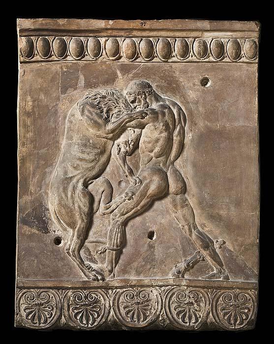 Relieve romano en el que podemos observar a Heracles (Hércules) luchando con el león de Nemea. Campana, 50 a. C. – 50 d. C. (Dominio público)