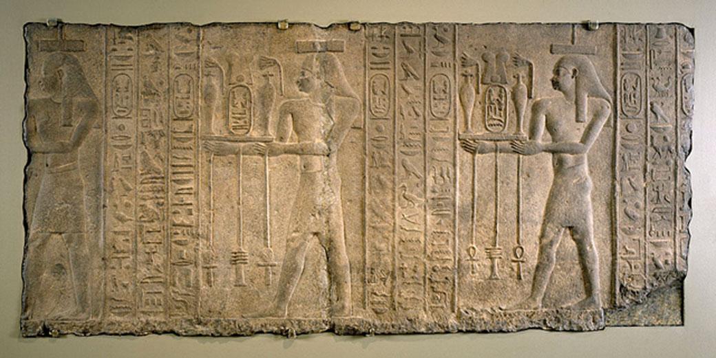 Relieve de la época del reinado de Nectanebo II en el que podemos observar a dioses llevando flores y bebidas al faraón. (Creative Commons Attribution-Share Alike 3.0 Unported License)