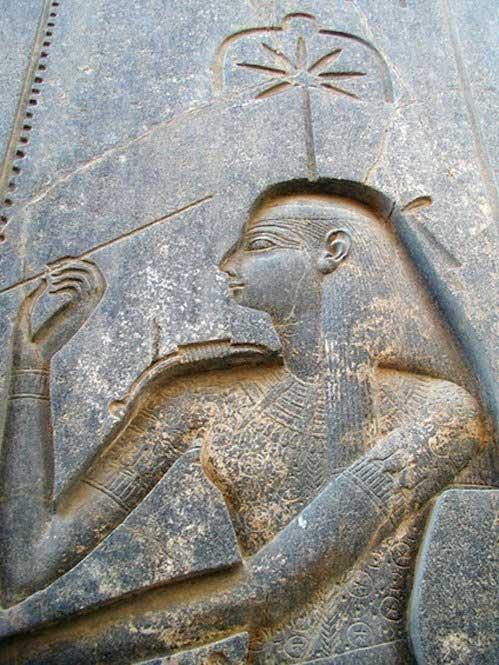 Efigie de Seshat tallada en la parte trasera del trono de la estatua sedente de Ramsés II, templo de Amón de Luxor. (CC0 1.0)
