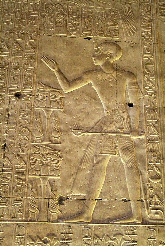 Seti I, representado como sacerdote purificador en un relieve ubicado en el Templo de Osiris de Abydos, Egipto. (Steve F-E-Cameron/CC BY-SA 3.0)
