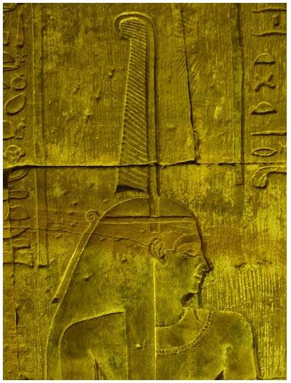 Relieve de Maat sobre parte superior del muro este del templo de Erfú, Egipto. Puede observarse la pluma de avestruz coronando su cabeza.