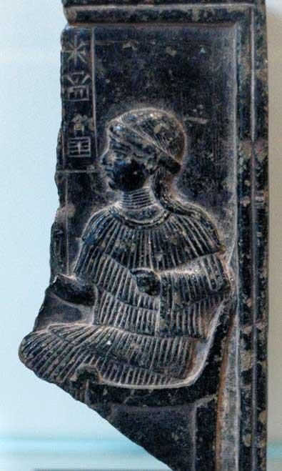 Relieve fragmentario dedicado a Ninsun. (Dominio público) Según la leyenda, Ninsun era la madre de Gilgamesh.