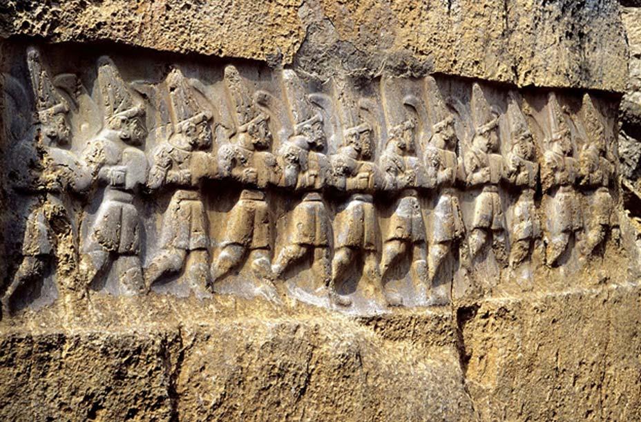Antiguo relieve hitita de Yazılıkaya, santuario de Hattusa. En él podemos observar a los doce dioses del inframundo, a quienes los hititas identificaban como los Anunnaki mesopotámicos. (Klaus-Peter Simon/CC BY 3.0)