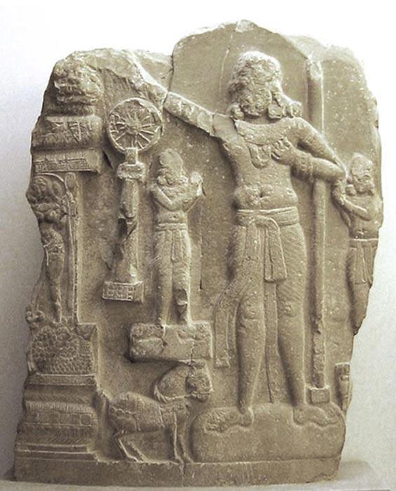 Relieve indio cuya figura central podría representar a Ashoka. Procedente de Amaravati, distrito de Guntur, India. (CC BY SA 3.0)