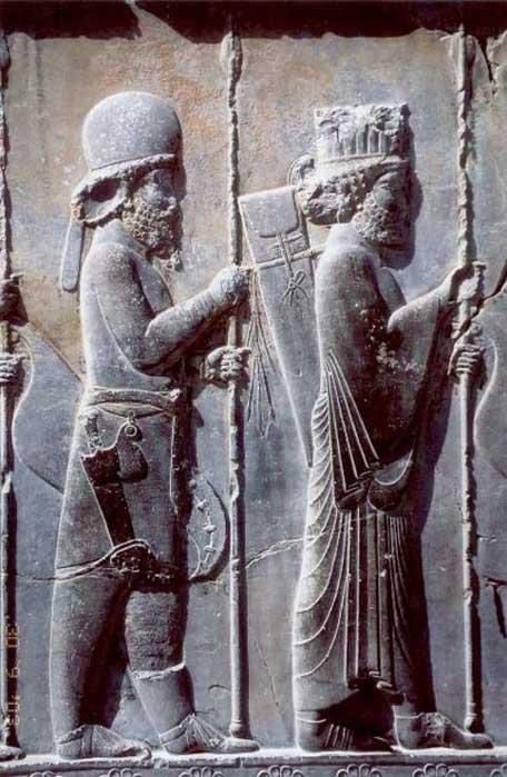 Palacio Apadana de Persépolis, Irán, escalinata norte (detalle), siglo V a. C. Este bajorrelieve aqueménida nos muestra a un soldado medo con su vestimenta tradicional (detrás de un soldado persa). (Dominio público)