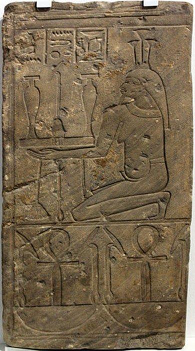 """Fragmento del relieve de un templo en el que se observa a Hapi, dios del Nilo. En la inscripción del friso podemos leer: """"toda la fortuna, toda la vida"""", frase que simboliza lo que el gran río significaba para la población del antiguo Egipto. Medinet Habu (Egipto), 746 a. C. – 655 a. C. (Public Domain)"""