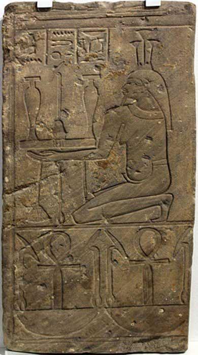 """Fragmento de relieve de un templo en el que aparece Hapi, dios del Nilo. En la inscripción del friso se puede leer: """"Toda la suerte, toda la vida"""", algo que se esperaba obtener de la adoración a los dioses; Medinet (Egipto); 746 a. C. – 655 a. C. (Dominio público)"""