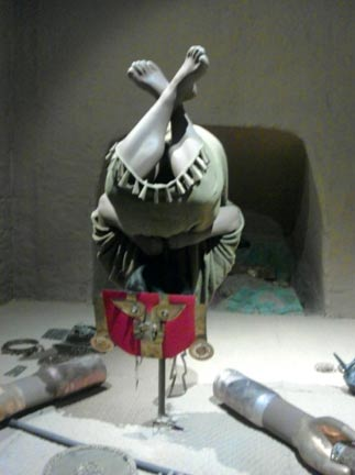 Representación de un sepelio en la tumba Este, Huaca del Loro. La posición invertida puede deberse a que los sicán creían en un nuevo nacimiento después de la muerte. Museo Nacional Sicán, Ferreñafe, Perú