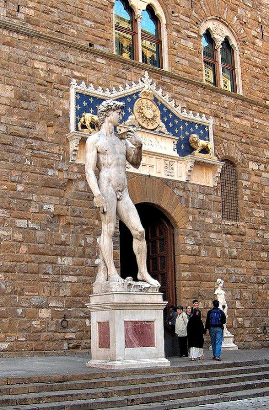 Copia del David colocada en la Piazza della Signoria en 1910, en el antiguo emplazamiento de la estatua original. (JoJan/GNU Free)