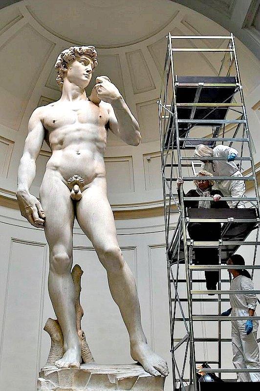 El David de Miguel Ángel contemplando en el pasado a los trabajadores encargados de una de sus tantas restauraciones y pertenecientes a la Asociación de Amigos de Florencia. (Fotografía: AFP/ABC)