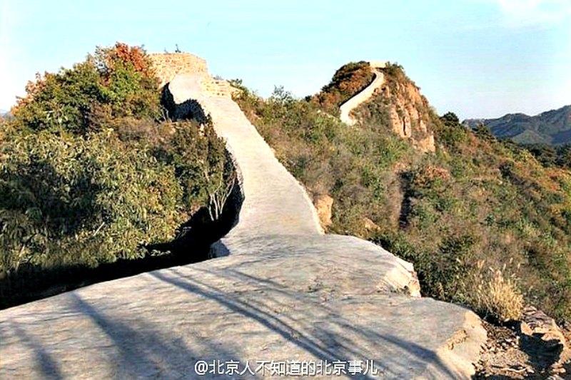 Uno de los tramos de la Gran Muralla china restaurados recientemente a base de cemento. (Fotografía: El Español/ Beijing News)