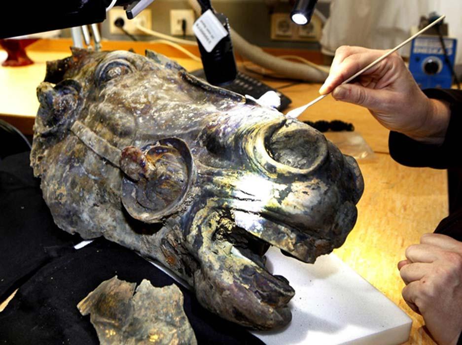 Aquí podemos observar la mano de un restaurador limpiando la cabeza de caballo, parte de una estatua que representa al emperador romano Augusto montado a caballo, Wiesbaden, Alemania central. (Michael Probst)
