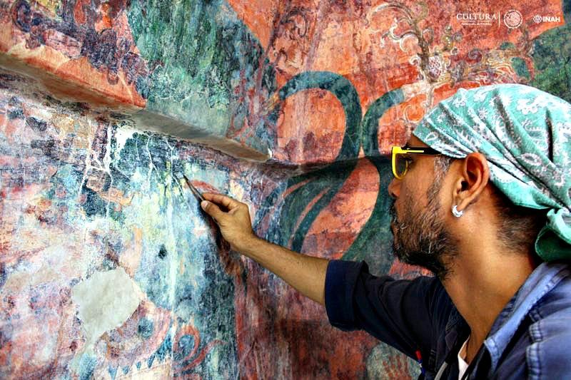 Uno de los restauradores del INAH trabajando sobre los murales del Cuarto 3 del Templo de las Pinturas de Bonampak. (Fotografía: Haydeé Orea/INAH)