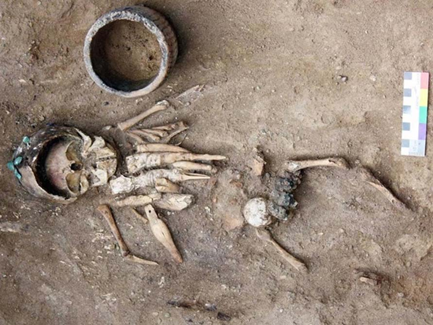Restos de un niño de corta edad descubiertos en un túmulo funerario de hace 4.500 años junto con ocho figuritas que presentan complejos grabados. Fotografía cortesía de Yury Esin.