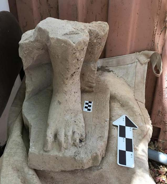 Restos de la monumental estatua egipcia de un alto funcionario del Imperio Medio, hallados en el palacio administrativo de Hazor, al norte del mar de Galilea en Israel. (Fotografía: Shlomit Bechar)