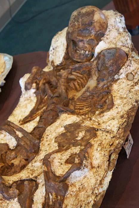 Los restos de la joven madre con su hijo en brazos. (National Museum of Natural Science)