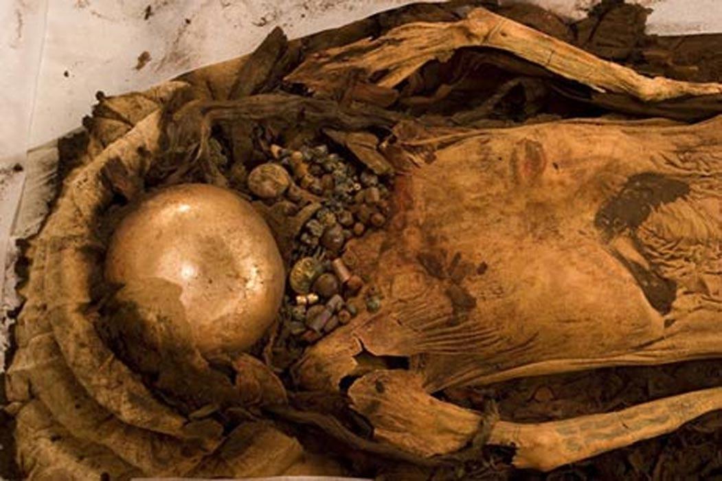 Restos momificados de la Señora de Cao (ethnicjewelsmagazine.com)