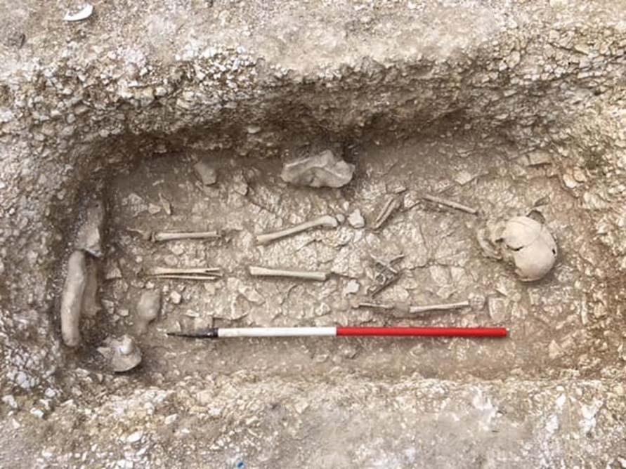 Niño enterrado con un 'chatelaine' o monedero en el cementerio sajón. (Operation Nightingale)