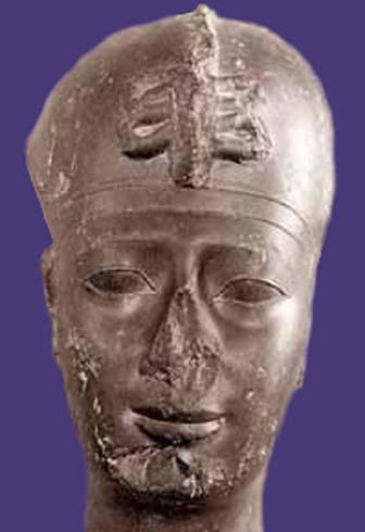 Busto del desafortunado rey Apries de Egipto (siglo VI a. C.) expuesto en el Museo del Louvre de París, Francia. ¿Podría este faraón haber imaginado que un pedo inoportuno estaría a punto de destronarlo? (CC by SA 3.0)