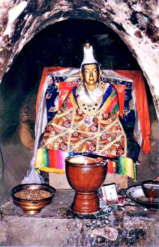 Esta estatua del rey Songtsän Gampo se encuentra en la cueva de Yerpa (Tíbet) en la que cuenta la tradición que el monarca solía meditar. (Public Domain)