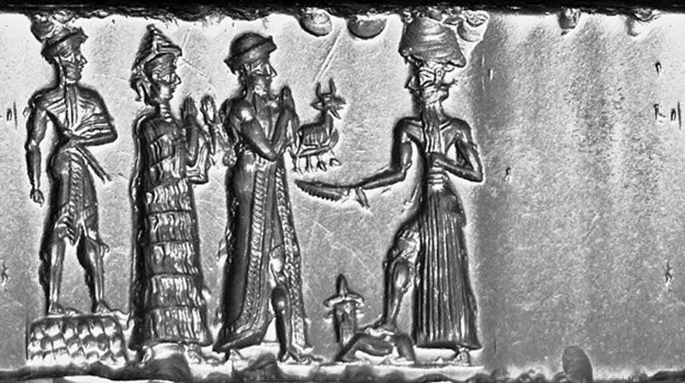 Un rey babilonio con una maza, de pie sobre en una tarima rectangular ajedrezada, sigue a la diosa suplicante (con un collar colgando a su espalda) y al rey vestido con túnica que realiza la ofrenda del ídolo de un animal. Están ante el dios del sol ascendente, que empuña un cuchillo dentado y apoya su pie sobre un toro con cabeza humana. (Colección Hjaltland/CC BY SA 3.0)