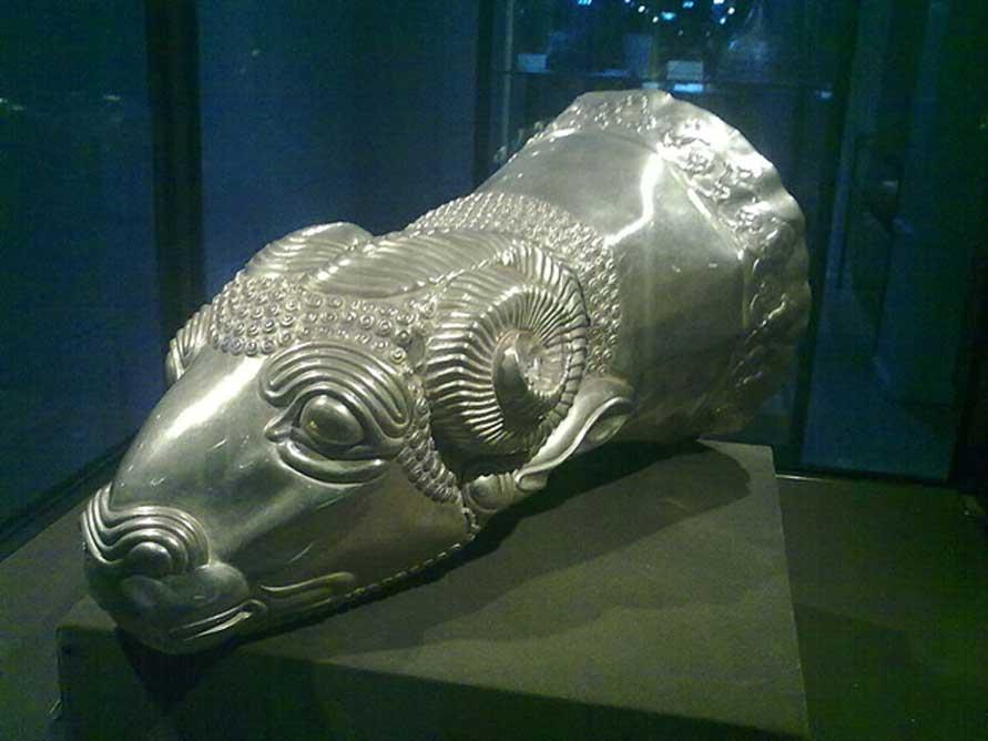 Rhyton medo con forma de cabeza de carnero, oro – Irán occidental – Media, finales del siglo VII a. C. – principios del siglo VI a. C. (Iroony/CC BY SA 3.0)