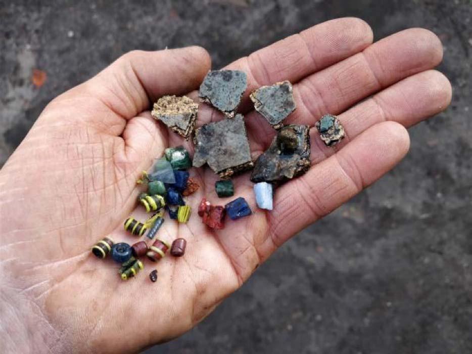 Los fabricantes de abalorios de Ribe del siglo VIII utilizaban trozos de vidrio recogidos de antiguos mosaicos romanos como materia prima. No tenían acceso al vidrio nuevo manufacturado. Éste es uno de los muchos detalles que nos habla del comercio de Ribe en la época vikinga. (Museo del Sudoeste de Jutlandia)