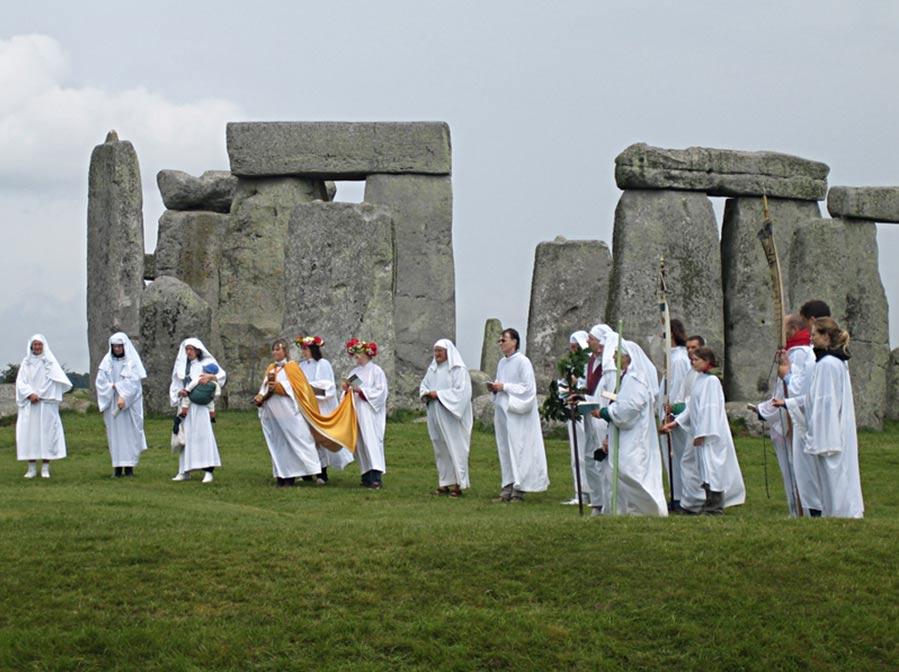 Grupo de individuos realizando rituales druídicos en Stonehenge en el año 2007. (CC BY SA 2.0) Los resultados del reciente estudio sugieren que en la antigua sociedad de Stonehenge tenía lugar una notable igualdad de género.