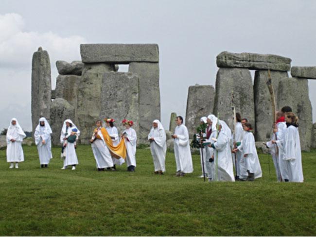 Un grupo de druidas celebra rituales en Stonehenge. (CC BY SA 2.0) El Druidismo es uno de las corrientes incluidas en el paganismo moderno.
