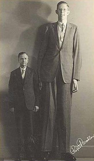 Robert Pershing Wadlow, la persona más alta conocida de la historia de la que tenemos constancia, era de estatura gigantesca debido a la hiperplasia de su glándula pituitaria. (Creative Commons Fair Use)