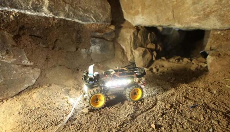 Uno de los Chavín Rovers en acción: un 'robot arqueólogo' explorando un pasadizo subterráneo. (Andina)