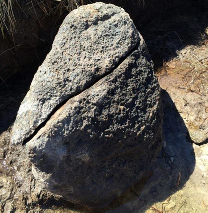 Según los arqueólogos, en esta roca ennegrecida se forjaba el hierro. En torno a ella se han encontrado escorias, subproducto del tostado del hierro. (Dan Snow)