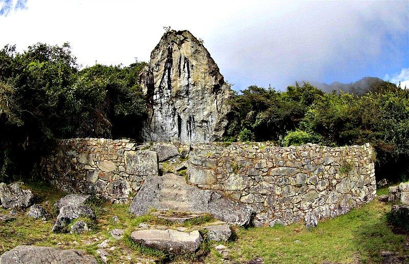 Roca sagrada de Machu Picchu con vestigios de arte rupestre que no se distinguen a simple vista. (Fotografía: National Geographic/Fernando Astete)