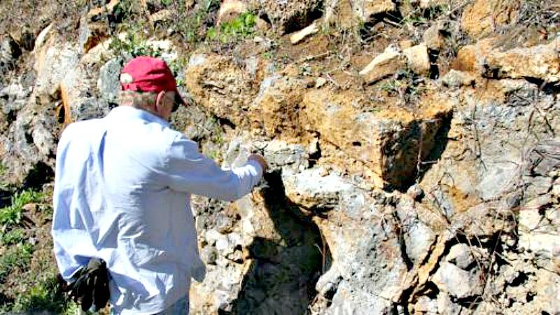 El investigador Lewis Ashwal recogiendo muestras de las rocas de la isla. (Fotografía: ABC/Prof. Susan J. Webb, University of the Witwatersrand)