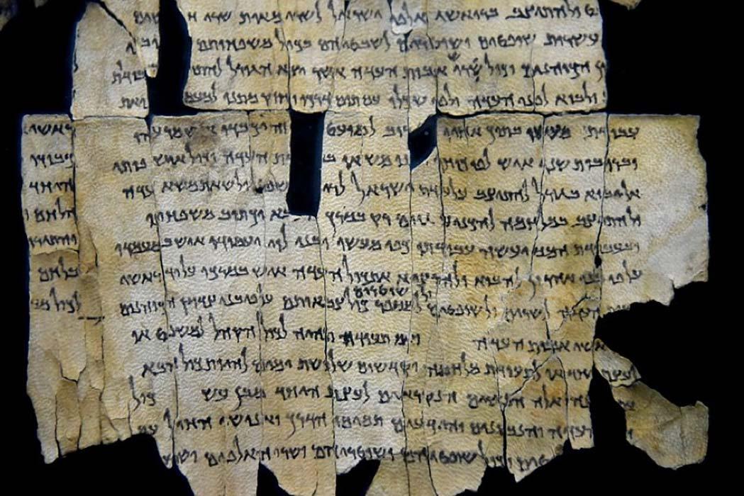 Parte del rollo del mar Muerto 28a descubierto en la cueva 1 de Qumrán. Museo Jordano de Amman. (CC BY-SA 4.0)