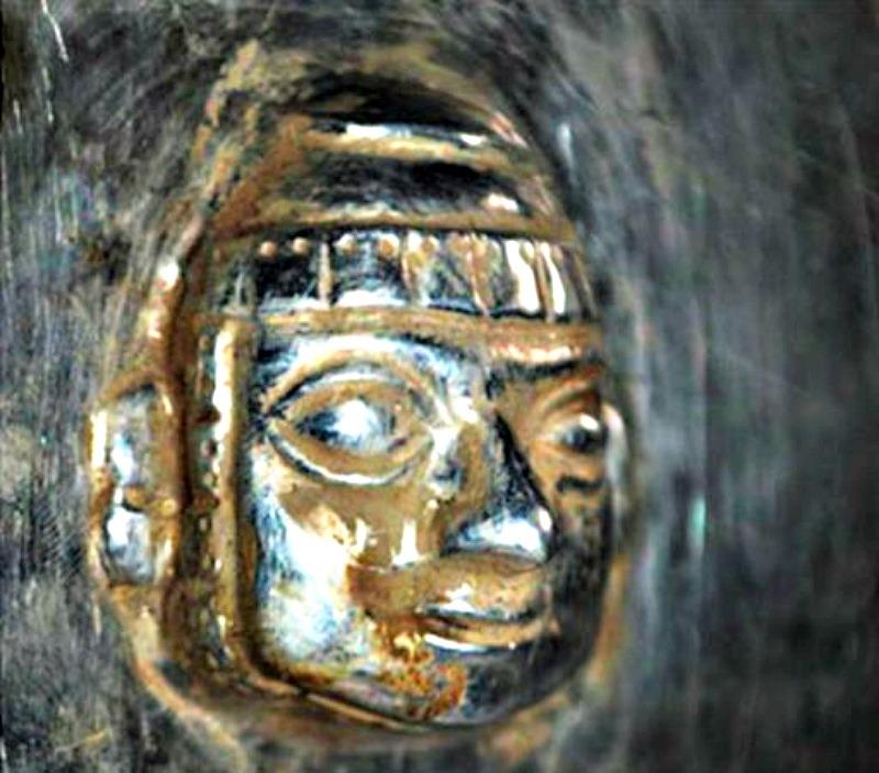 Primer plano de los detalles decorativos que adornan uno de los artefactos recuperados recientemente en la sierra norte de Perú. (Fotografía: Arqueología del Perú)