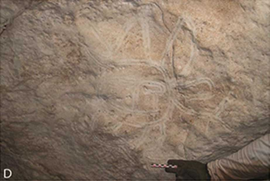 Rostro con miembros y apéndices dibujado mediante acanaladuras trazadas con el dedo. Estas imágenes podrían haber sido pintadas con una luz muy limitada o en la más completa oscuridad. (Journal of Archaeological Science CC BY 4.0)