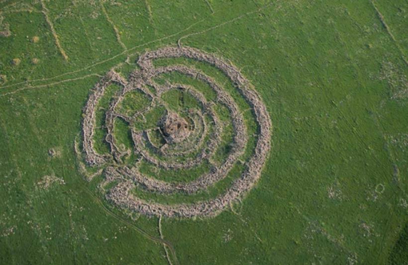 El ganado que pasta en las cercanías del monumento revela la escala de estos enormes círculos de piedra situados en las llanuras de los Altos del Golán. (CC BY-SA 3.0)