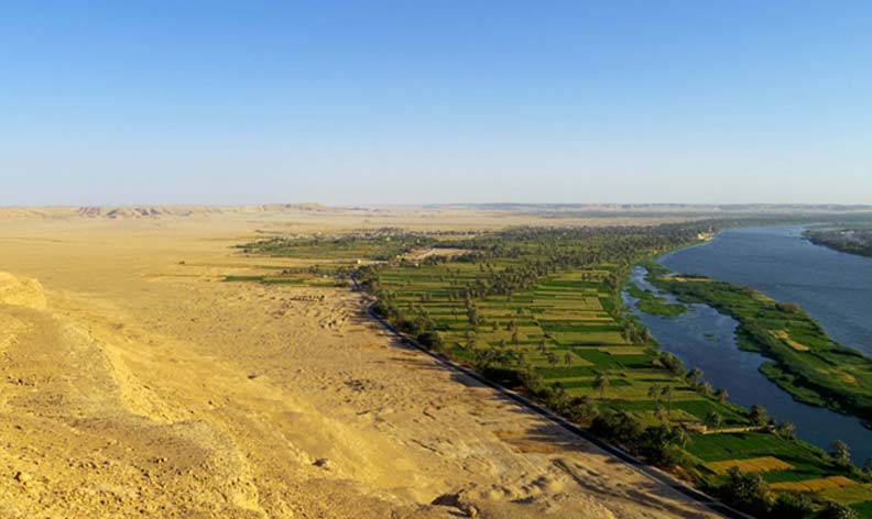 Las ruinas de Amarna vistas desde los riscos del desierto que se extiende al norte de la ciudad. Fotografía: Mary Shepperson/Cortesía del Proyecto Amarna
