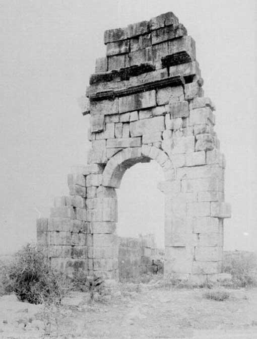 Ruinas del arco de triunfo de Volubilis, fotografiadas en 1887 por Henri Poisson de La Martinière. (Dominio público)